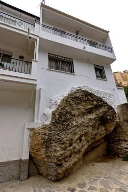 Detalle de una casa apoyada sobre la roca, en el cruce de la calle Mina a la Jabonería. Foto: GREGORIO CÓZAR.