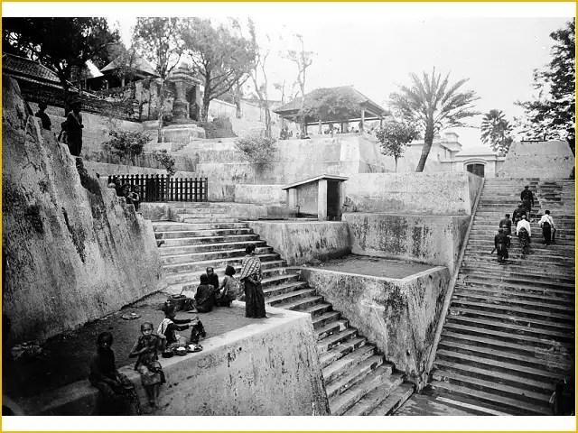 Pelawat berjalan kembali di atas tangga panjang yang mengarah ke puncak bukit Imogiri.  Komplek makam raja-raja Imogiri, Bantul Jogja 1923