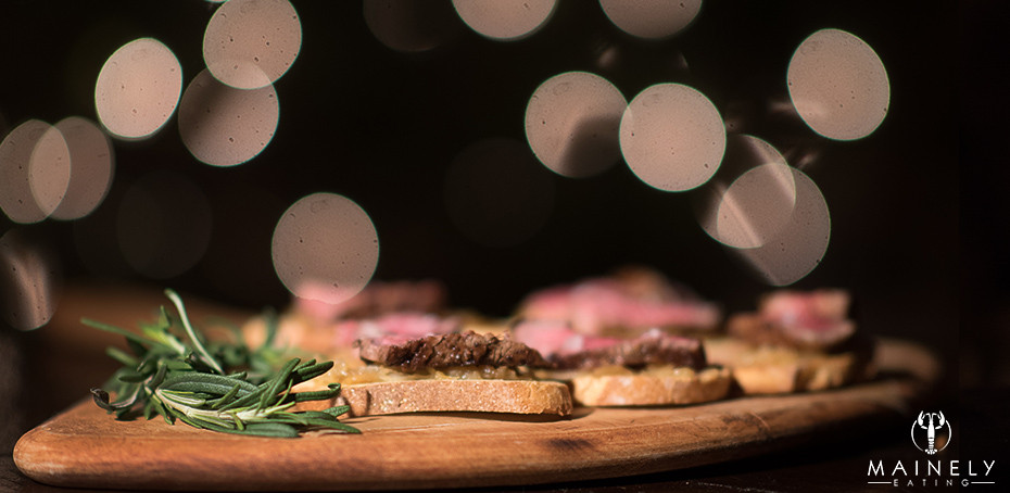 Recipe for crostini with peppered filet mignon and caramelized onions