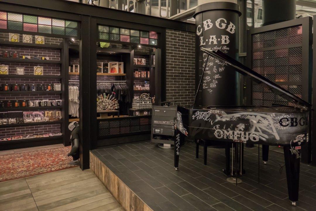 CBGB-piano-at-EWR-Airport-1600x1067