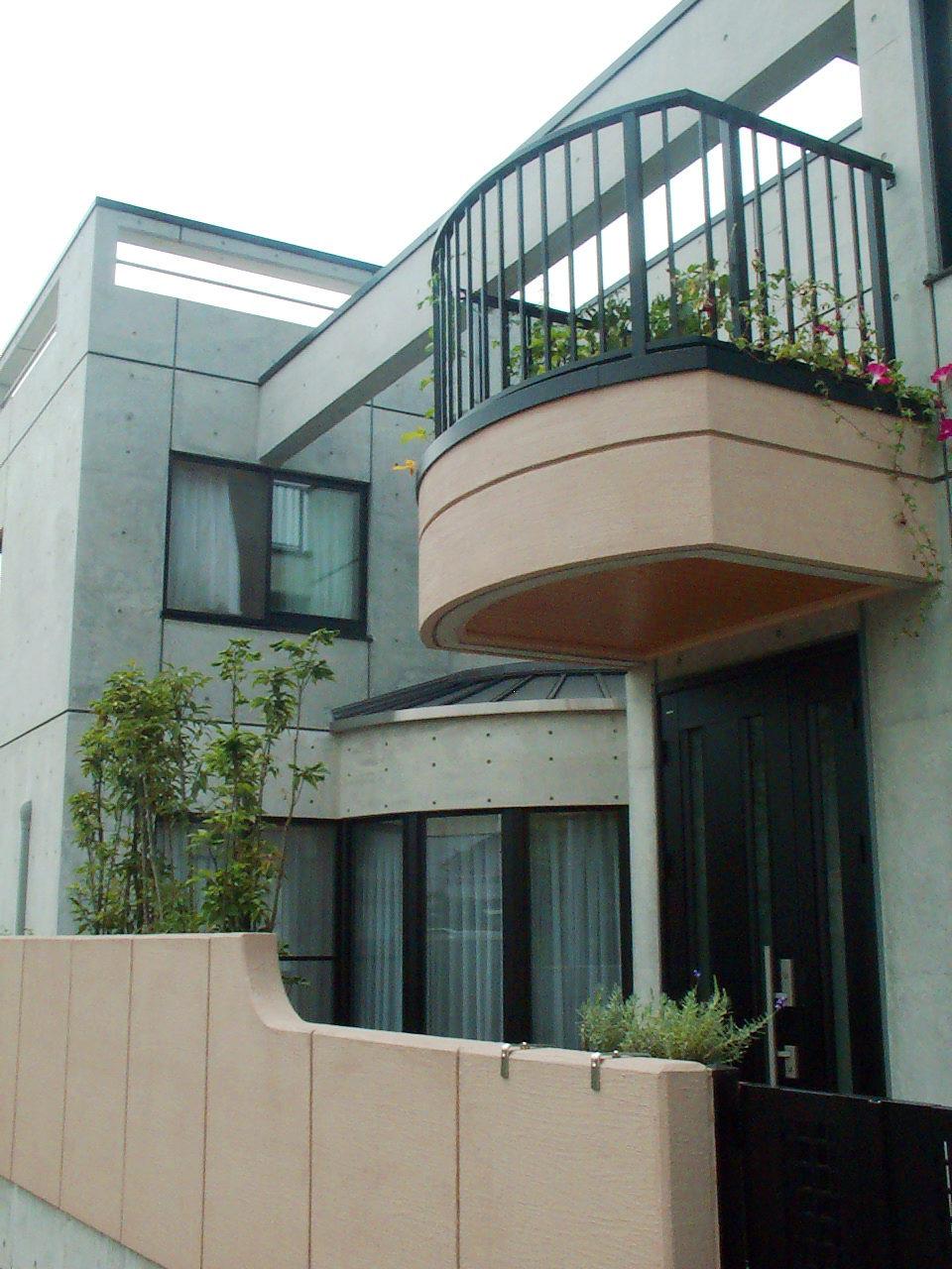 バリアフリー三世帯住宅の鉄筋コンクリート造打ち放し住宅の設計・デザイン