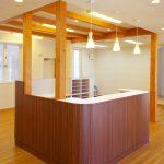 設計、デザインした接骨院付き住宅の施術室受付カウンター|たけだ接骨院