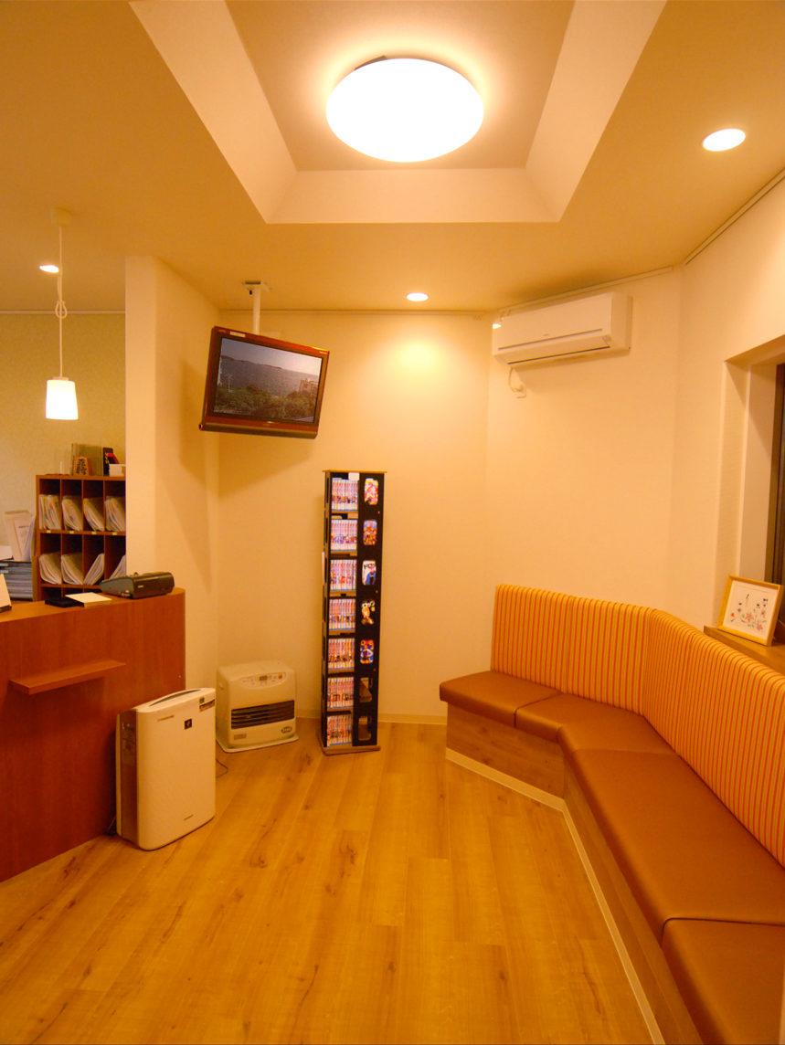 新築設計、デザインをした美容ばり院併設の鍼灸接骨院の待合室と受付カウンター|みやび鍼灸接骨院