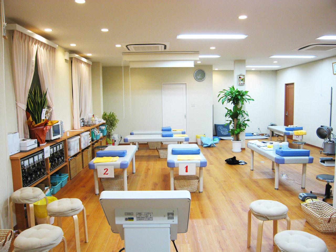愛知県一宮市で新築建て替え設計、店舗デザインをした鍼灸接骨院と女性専用エステティックサロンとホームエレバーター付きバリアフリー二世帯住宅の施術室