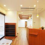 設計した接骨院併用住宅のバリアフリー玄関と受付カウンター