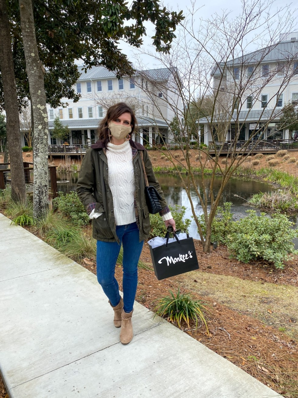 A Spring Weekend in Wilmington, NC: the Best Things to Do - I'm Fixin' To - @imfixintoblog |Weekend in Wilmington by popular NC travel blog, I'm Fixin' To: image of a woman standing in Airlie Garden and holding a Monkee's bag.