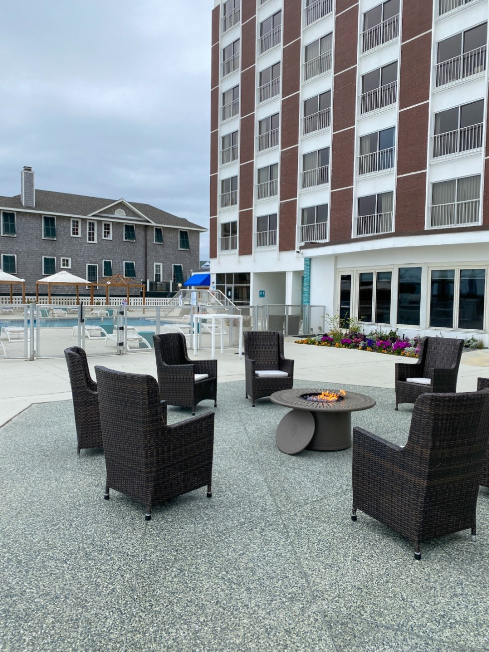 A Spring Weekend in Wilmington, NC: the Best Things to Do - I'm Fixin' To - @imfixintoblog |Weekend in Wilmington by popular NC travel blog, I'm Fixin' To: image of a swimming pool at the Blockade Runner hotel.