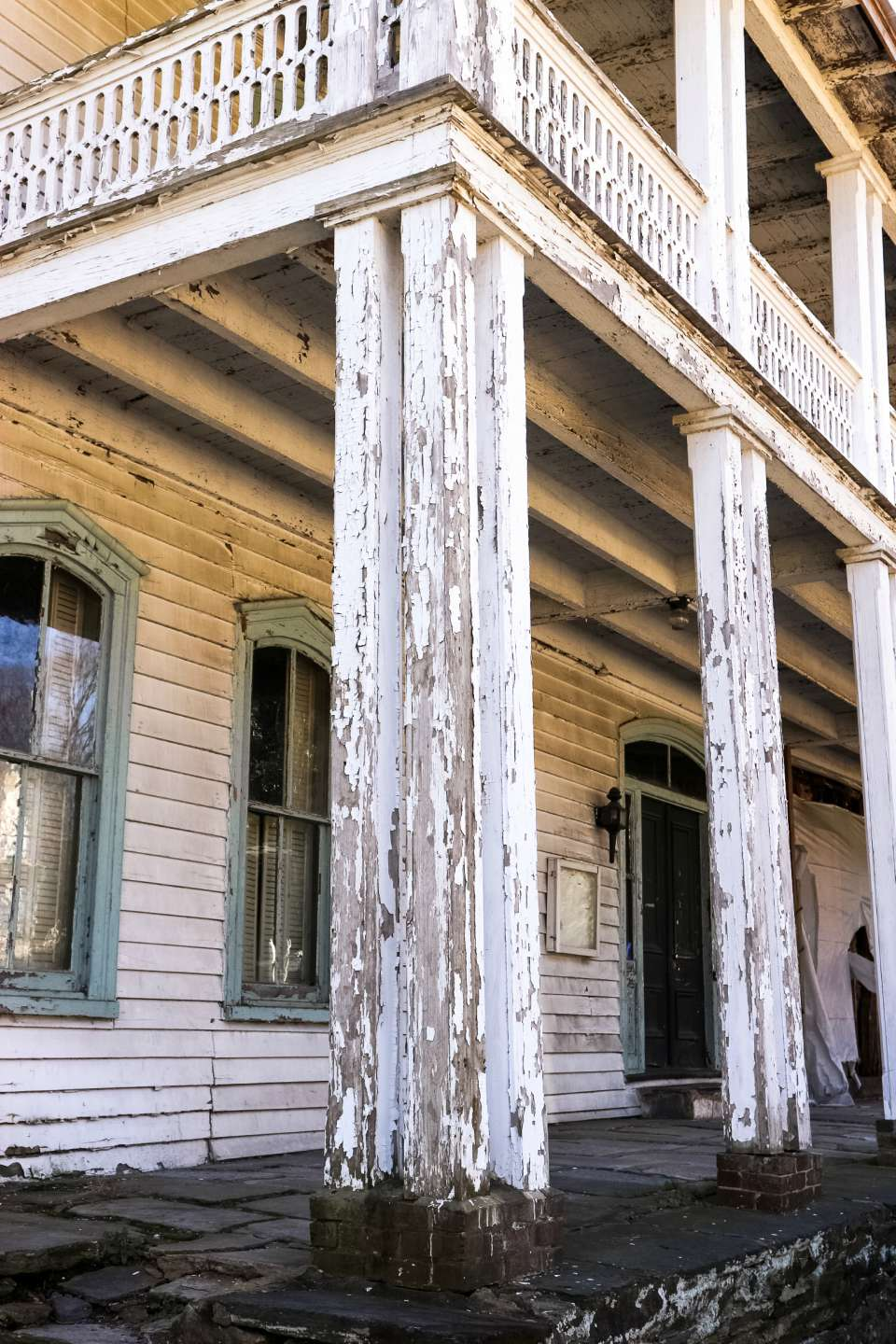Places to Stay: The Colonial Inn in Hillsborough NC - I'm Fixin' To - @imfixintoblog |The Colonial Inn Hillsborough NC by popular NC travel blog, I'm Fixin' To: image of columns with peeling white paint.