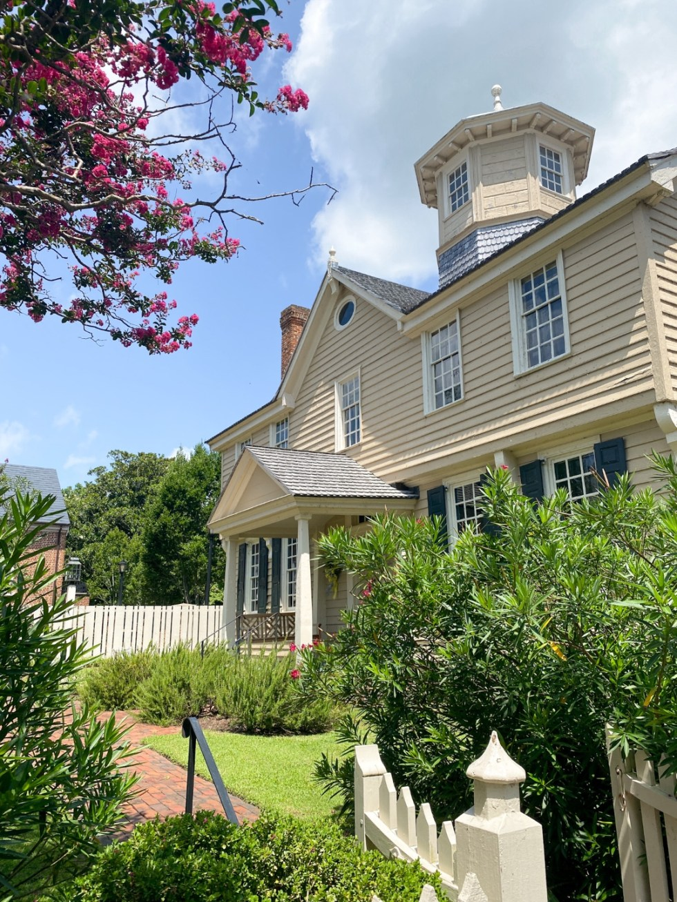 Edenton Travel Guide by popular NC travel guid, I'm Fixin' To: image of a historical colonial home.