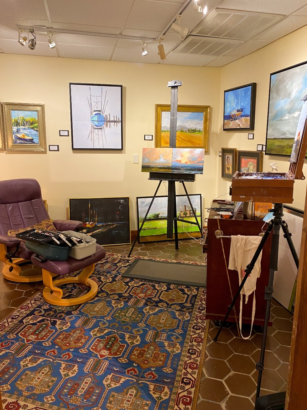 What to Do in Oriental, NC - I'm Fixin' To - @imfixintoblog | Things to do in Oriental NC by popular NC travel blog, I'm Fixin' To: image of an art gallery.
