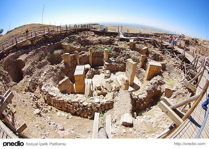 4. Kayaların biçimlendirilmesi ve tapınağın inşası