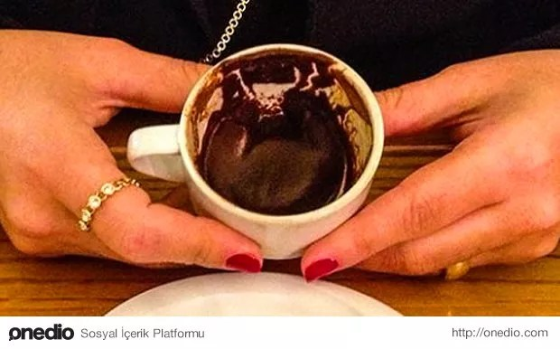 Öncelikle fincanın dibine bakıyoruz, kahvenin dibi yüreğin de dibini gösterir. Saklı olan ne varsa ordadır.