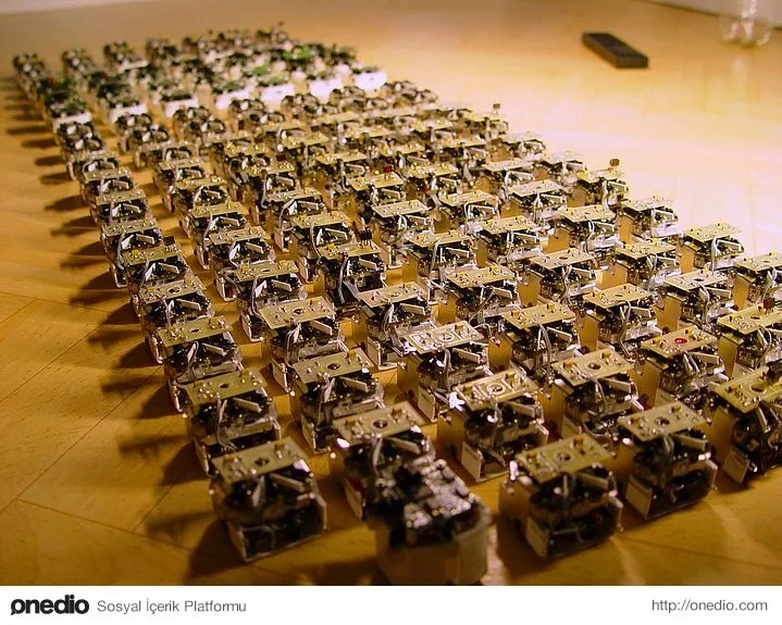 Kendi kendisine üretim sağlayabilen ve organize olabilen mikro swarmbotlar (küçük taklitçi robotlar) sayesinde kişisel giyim mümkün olabilecek.