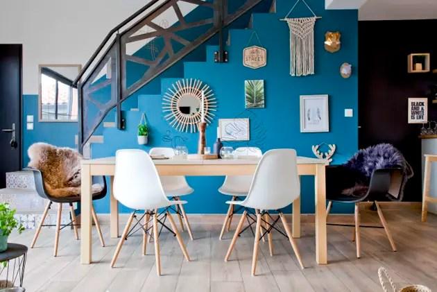 Un mur bleu dans la salle  manger