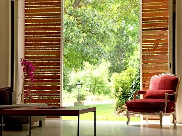 des panneaux de bois coulissants