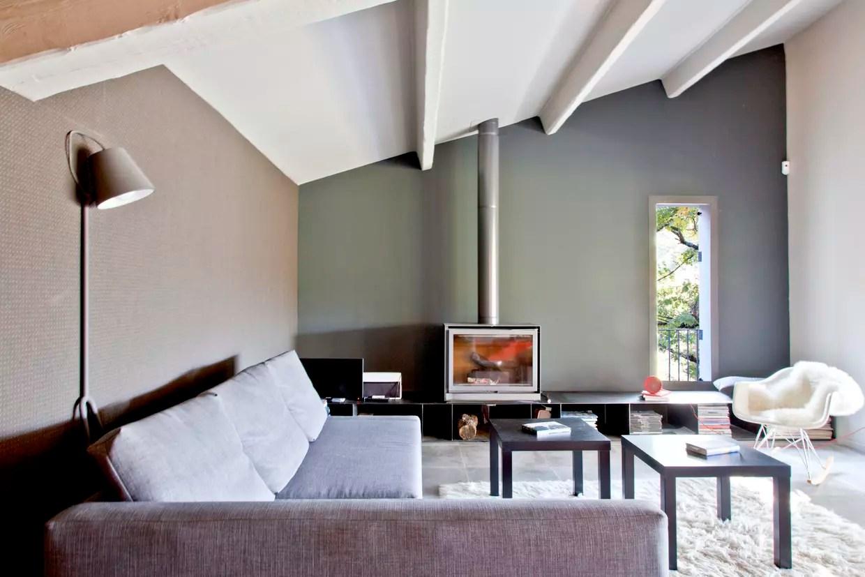 un salon gris des murs au mobilier