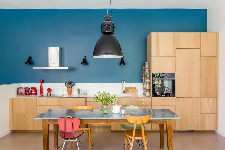 cuisine en bois sur mur bleu canard