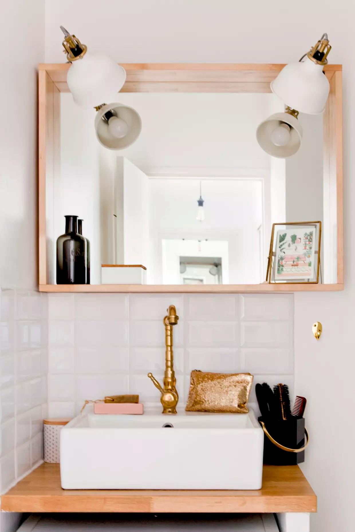 blanc pres du plan vasque en bois