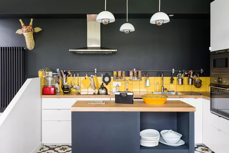 une cuisine ouverte avec ilot