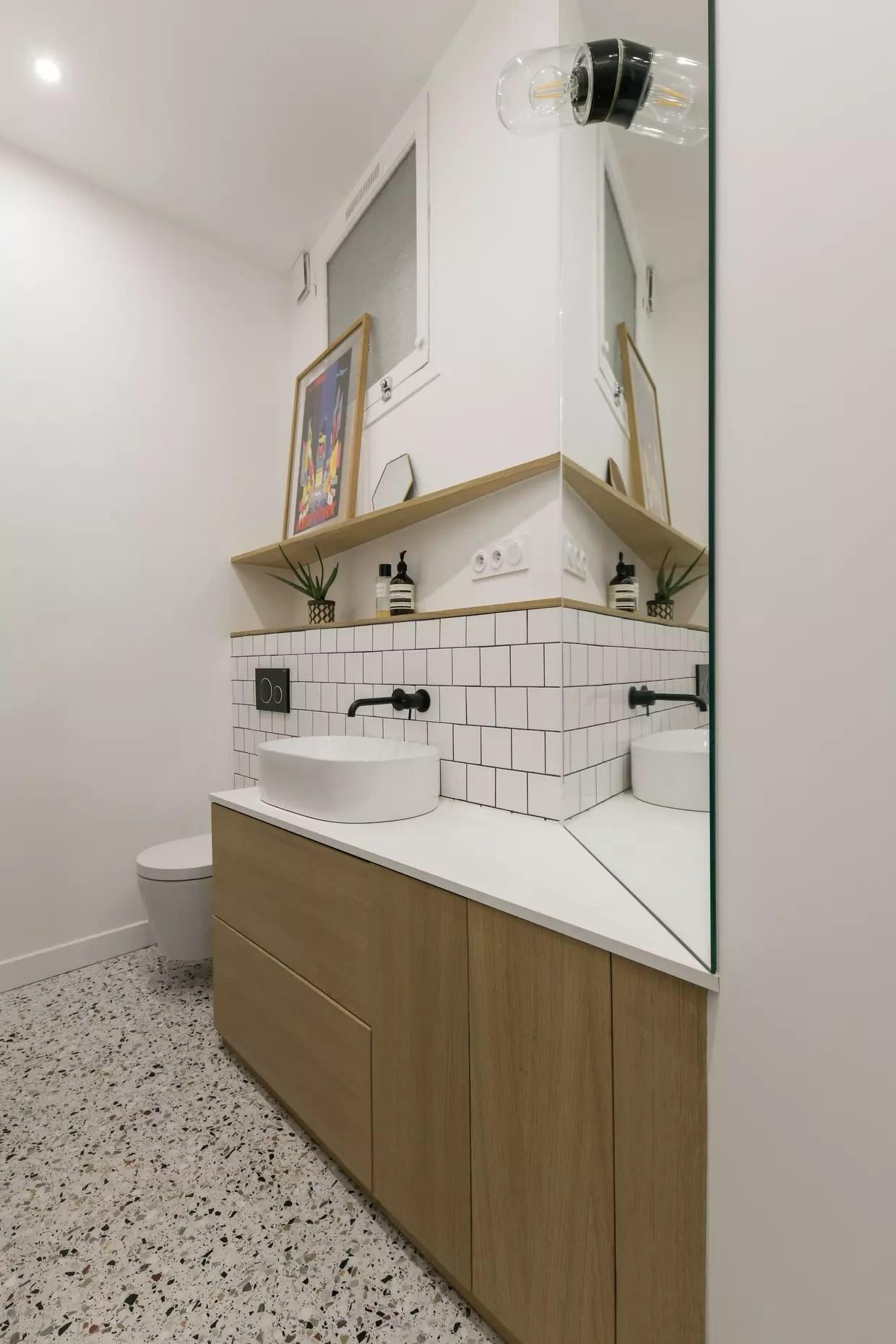 une salle d eau entre noir blanc et bois