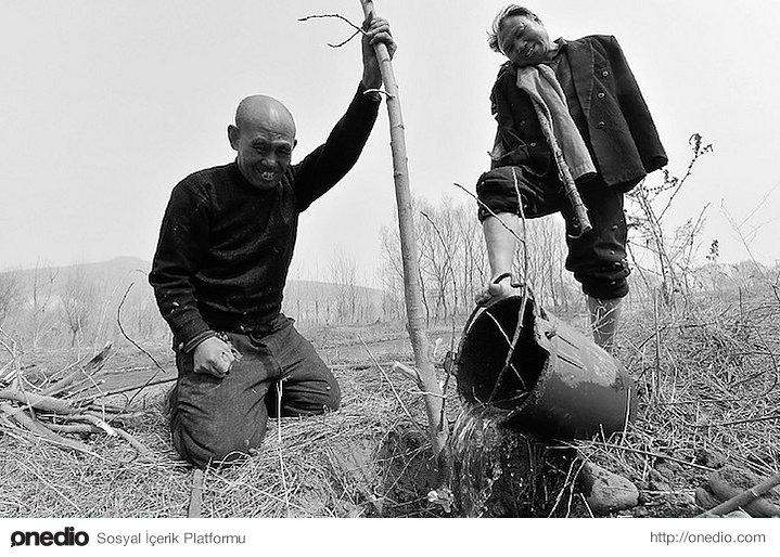 Haxia, 53 yaşında, doğuştan sol gözünde görme kaybıyla doğmuş. 2000 yılında ise diğer gözünü kaybettiğinde ona bir çift göz olan kişi arkadaşı Wenqi'ymiş.