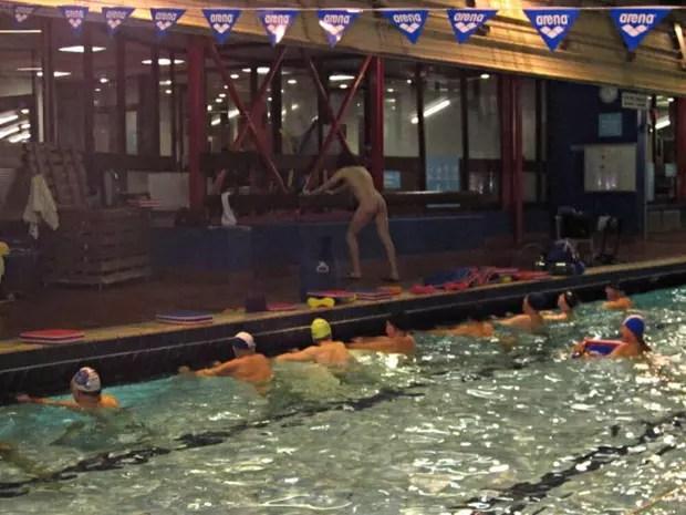 Sance naturiste dans une piscine parisienne