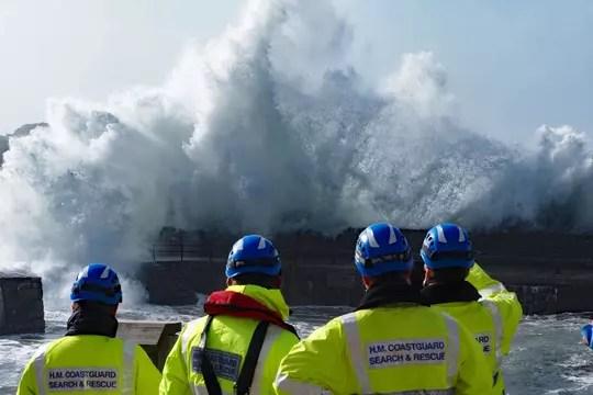 Ouragan Ophelia: après le ciel jaune, la vraie catastrophe en Irlande