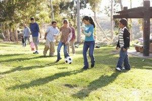 Kebanyakan remaja masih menikmati bermain di luar.