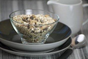 Besar oat flakes dicampur dengan susu atau yogurt adalah pilihan sereal dingin yang sehat untuk penderita diabetes.