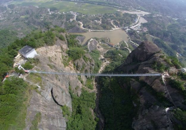 13 Pics Of A Glass Bridge That Strikes Fear In Tourists' Hearts 8