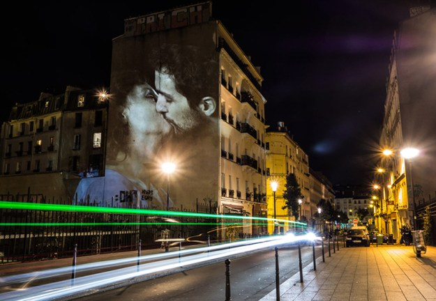 portraits-of-love-birds-kissing-in-the-streets-of-paris-01