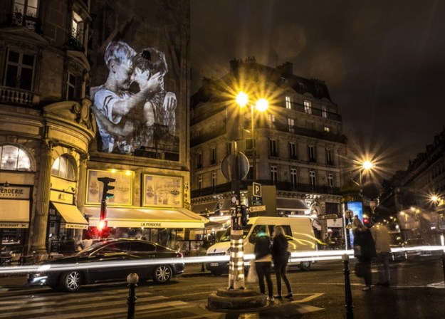 portraits-of-love-birds-kissing-in-the-streets-of-paris-08