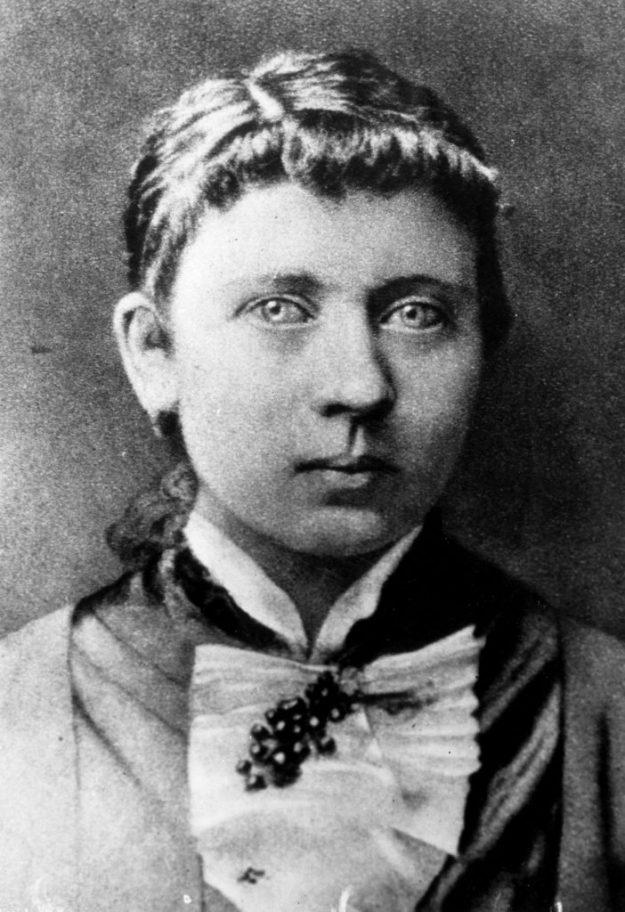 Клара Гитлер | Знаменитые мужчины, как две капли воды, похожие на своих матерей | Brain Berries