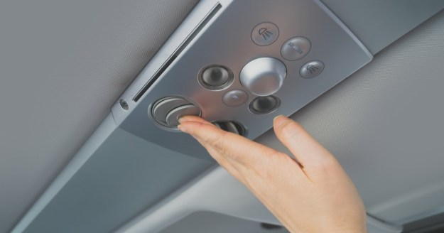Выключать кондиционер над сиденьем | 10 вещей, которые лучше не делать на борту | Brain Berries
