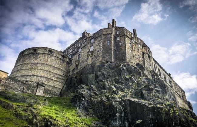 قلعة ادنبره ، اسكتلندا |  أكثر 9 قلاع مسكون رعبًا في أوروبا |  التوت الدماغ