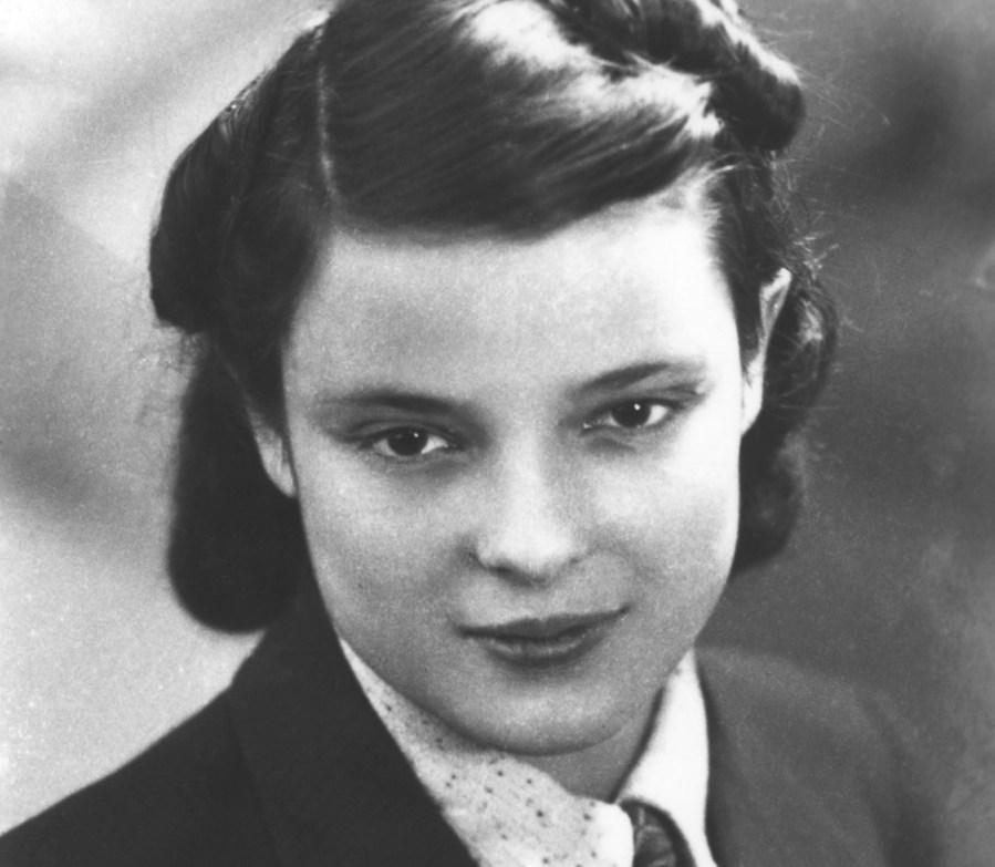 فاي شولمان مواليد 1919 |  7 نساء بدس من الحرب العالمية الثانية |  التوت الدماغ