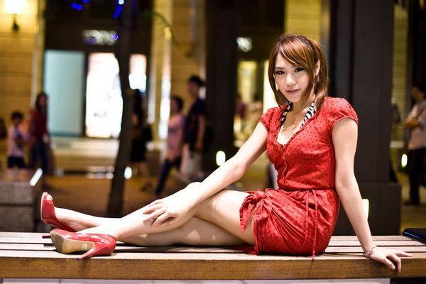 倪于婷 - 展場女神冠軍寵小兒炒熱3C展、陽光甜姐兒長腿正妹2011年網友最愛的展場SG