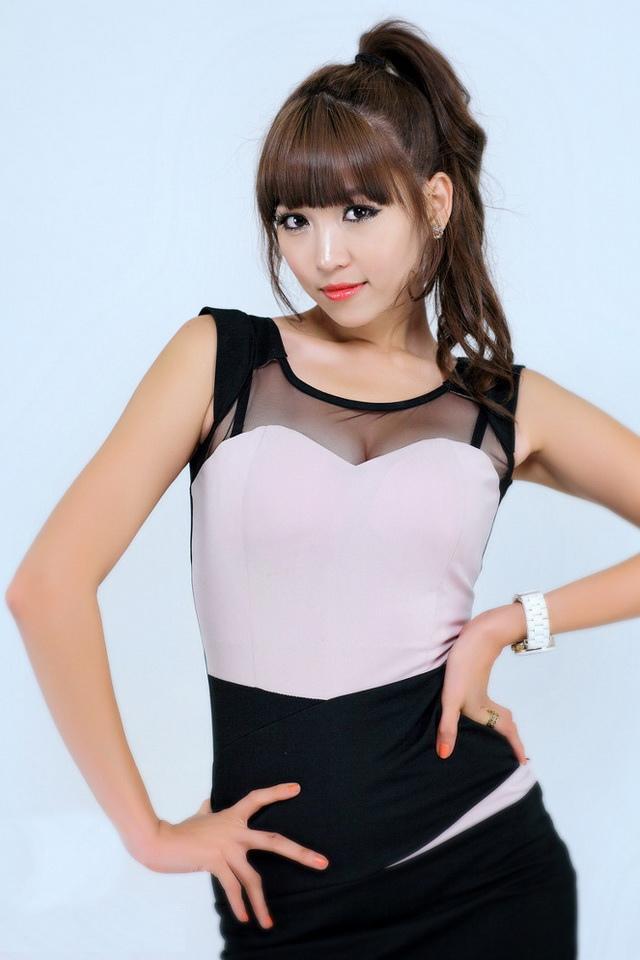李恩慧 - 南韓性感舉牌女郎、車模女神爆乳雙峰纖細白嫩長腿、豪乳被襲網友恨不得那隻手是自己的
