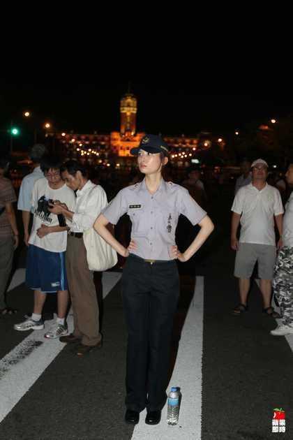 羅惠君 - 女警林志玲立院抗爭最正亮點超吸晴、持盾正妹警界林志玲執勤照網路瘋傳網友:逮捕我