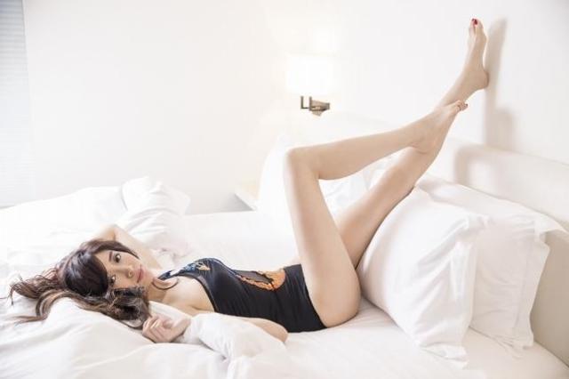成語蕎 - 甜美伊林美模Jenny賣力玩遊戲墜地送醫脊椎挫傷、110公分美腿白皙國光女神、吳宗憲深夜揪泡茶