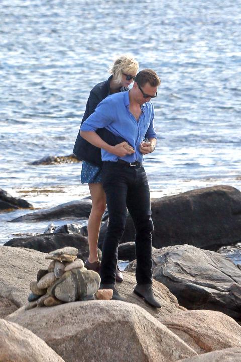 awkward-celeb-couple-moments-caught-on-camera-11