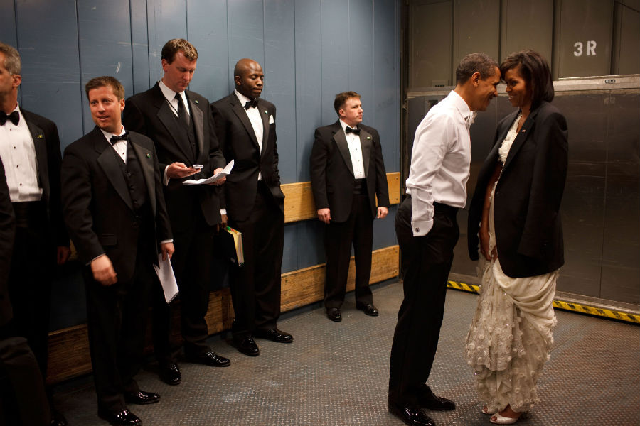 barack-and-michelle-obama-sweetest-moments-05