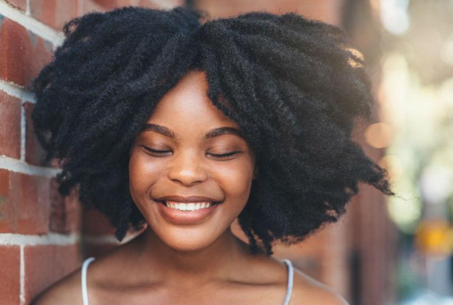 Disfruta de tus cejas pobladas | 9 Consejos De Maquillaje Y Belleza Para Mujeres Con Un Tono De Piel Oscuro | Her Beauty