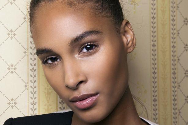 Hidrata | 9 Consejos De Maquillaje Y Belleza Para Mujeres Con Un Tono De Piel Oscuro | Her Beauty