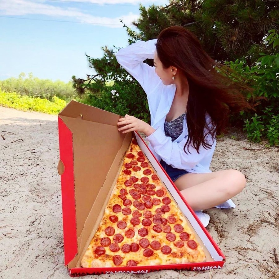 Giant pizza  slice challenge   New Foodie Trend Is A Giant Pizza Slice – The Biggest You've Seen   Her Beauty