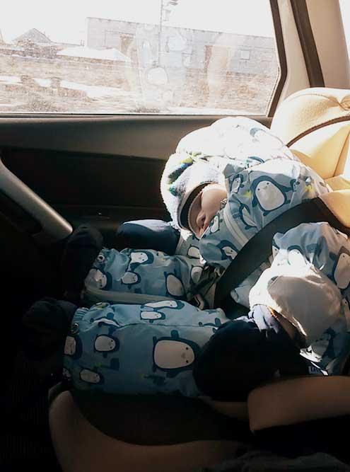 В первом кресле ребенок часто засыпал в машине. Приходилось его будить и сажать или останавливаться и ждать, когда хоть чуть-чуть поспит. Это было неудобно и сильно увеличивало время в пути
