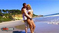 Ginger Hell y Leo Galvez follando como locos en una playa publica