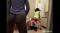 Donna delle pulizie trombata dal padrone di casa mentre una ragazzina adolescente guarda e si masturba