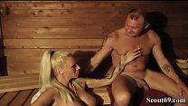 Mutter mit riesen Titten fickt Besucher mitten in der Sauna