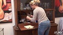 Erst putzt die Frau die Möbel - danach wird sie gevögelt